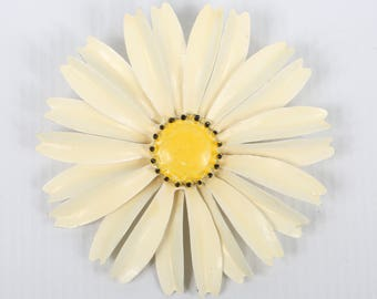 """1960's Lage MOD White Enamel Daisy Brooch w Yellow and Black Dotted Edge Center, Excellent VTG Cond., 3-1/4"""" Diameter, Roll Over Clasp"""