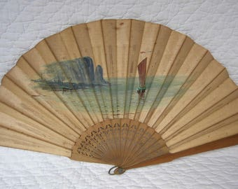 Chinese fan in sandalwood and painting on silk. Beginning of the 20th century.