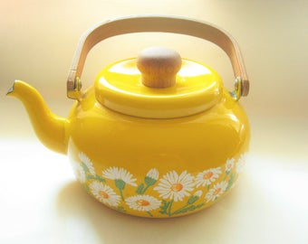 Yellow Enamel Tea Kettle Daisys*Lid*Wooden Handle*1970's Kitchen*Hand Painted Flowers*Mustard Yellow Teapot*White Enamel Daisey's*Retro