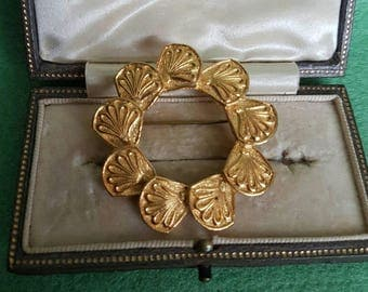 Vintage goldtone wreath brooch pin badge