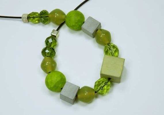 Necklace concrete cubes with pearls and grey-green concrete-concrete jewelry on black leather strap jewelry concrete cubes-pearl necklace in green