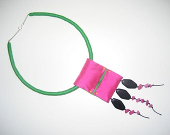 Green-ring. Necklace in silk green and Fuchsia.