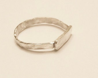 Plaque hammered Ring