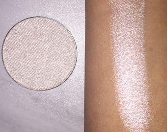 Vanilla pearl highlighter with a faint pinky undertone. Shade name (Sweetheart). 44mm pan or 37mm compact. Vegan & cruelty free.