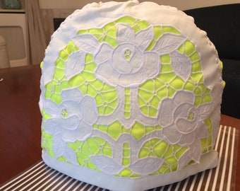 Teacosy Richelieu white with fluor yellow
