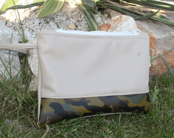 Clutch in beige imitation leather and camouflage