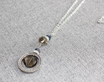 collier long, bijoux fantaisie, long necklace, pendentif, etain, pewter, rond, cristaux marine et taupe, gris, nautique, chic, classique