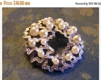 SALE Vintage TRIFARI Silvertone Ribbons and Pearls Brooch
