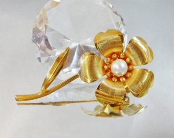 ON SALE Vintage Flower Brooch.  Gold Plated.  Glass Pearl.
