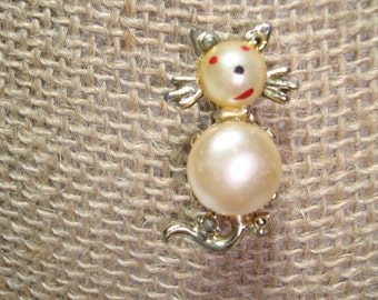 1962 Faux Pearl Cabochon Kitty Cat Pin.