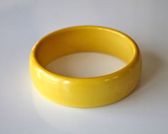 vintage 1940s bakelite bracelet - LEMON yellow bangle
