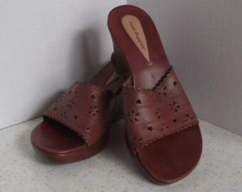 Hush Puppies Brown Filigree Leather Slip On Wedge Sandal's Wearable Art Cottage Chic Resort Honeymoon Mod Rockabilly Hipster Hippie Size 8M