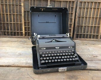 "FLASH SALE! 25% off when you enter ""25FLASH"" - Vintage Royal Quiet De Luxe Typewriter"