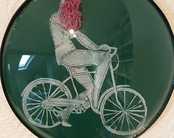 cadre reliquaire bombé vintage linogravure inspiration érotique imprimé sur cuir à l'encre à l'huile et rebrodée , Philomène