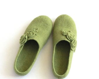Mothers day gift - Women wool slippers - olive green felted slippers with roses - made to order - Mothers day gift - gift for her
