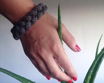 """Bracelet Tressé en Laine Crochetée """"Amazone"""", Forme Ronde, Fermoir Discret, Matière Douce et Légère, Fait Main, Couleur Grise"""