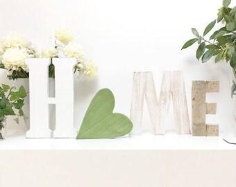 Scritta HOME in legni di recupero e cuore verde