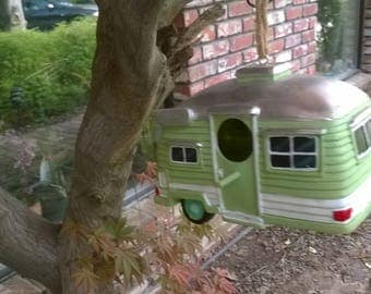 Birdhouse Travel-Trailer is ready for your garden bird's next vacation