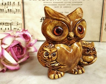 ViNTAGE PLASTIC EyE OWL with 2 BaBY OWLETS StATUE, ViNTAGE CeRAMIC FiGURINE, 1970'S Kitsch HoME DeCOR, ViNTAGE OwL CoLLECTIBLES, OrANGE EyES