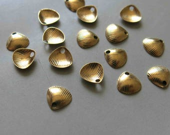 200pcs Raw Brass Shell Charms, Pendants 7mm - F455