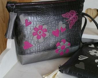 Large trousse plate de maquillage ou fourre-tout pour sac, simili cuir croco argenté, appliqué fleurs et coeur