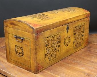 Full color chest, Renaissance décor Motif