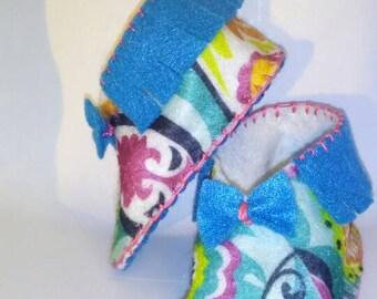 Handmade felt baby booties, turquoise, bows girl, baby shower gift