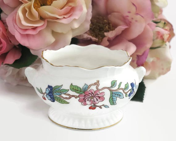 Aynsley open sugar bowl with Pembroke pattern inside and outside, white bone china with flowers, gilt edges, ribbed base, circa 1980s
