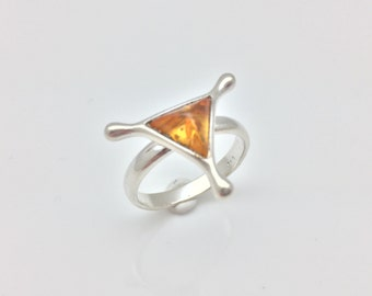 Size 7 Amber Ring // 925 Sterling Silver // Geometric Triangular Setting // Baltic Amber
