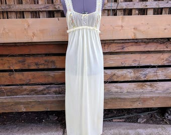 Vintage 1960s Luxite Yellow With Embroidered Flowers 100% Nylon Negligee / Night Gown