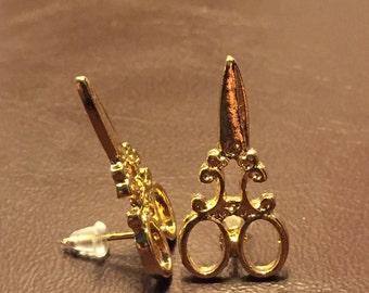Scissor stud earrings, gold in color