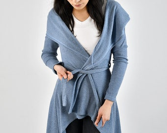 Hooded Cardigan to bind. Feminine Cardigan made of smooth material