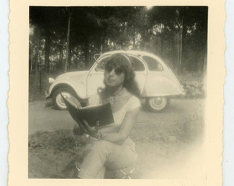 Vintage photo '2CV / reading lady' - vernacular photograph snapshot, girls and cars, hippie look woman, road trip deux chevaux Citroën