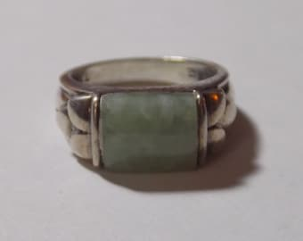 Stunning sterling silver ring with light green stone size 7.25