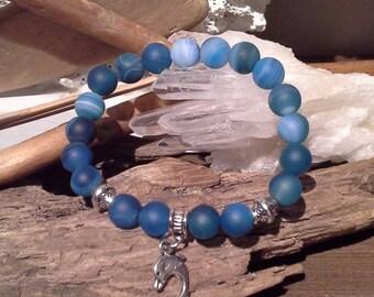 80)  Bracelet pour petit poignet en sardonix bleu rehaussé d'une breloque Dauphin et billes argentées
