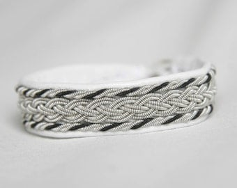 Tenntrådsarmband i vitt skinn / Pewter wire bracelet in white leather