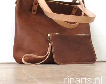 Tote bag BIG City, in veg tanned Italian full grain leather PULL UP  leather and natural veg. tanned straps. With pouch and inside pockets