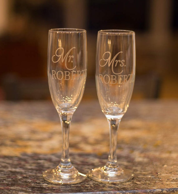 Personalized Bride and groom Etched champagne flutes, Mr. and Mrs. wedding toasting flutes, champagne glasses for wedding party. Elegant
