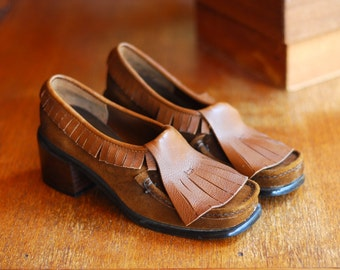 vintage 1970s shoes / 70s brown suede and leather loafers / size 5.5