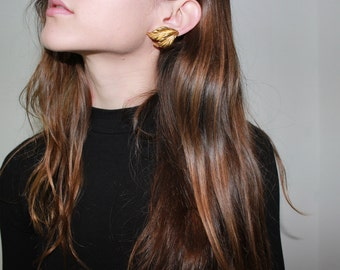 vtg gold leaf earrings chunky gold jewelry simple shape floral autumnal