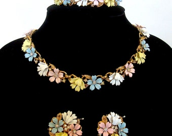 "Vintage TRIFARI ""Fleurette"" parure. Necklace, bracelet, earrings set. Delightful pastel enamel and rhinestones. So charming! 1956 – Cod A161"