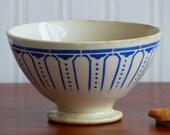 Grand bol ancien en faïence. Bol bleu sur fond crème du 19 ème siècle.