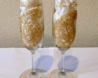 Set of 2/Champagne &Wine Glasses/Bride and Groom Toasting Flute/champagne flutes/henna champagne flute/personalized champagne flutes