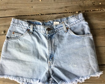 13 Levis booty short with distresd