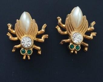 Adorable vintage bee earrings .