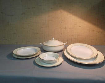 Porcelain tableware in yellow, white and gold. Signed by: Royal Elegance Grafton Fine Bone China
