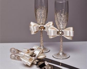 Wedding glasses and Cake Server Set Wedding Cake Knife ivory and gold Cake Cutting Set Toasting flutes Champagne glasses gold, set of 4