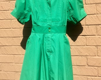 Gorgeous Vintage 70's E'Toile Kelly Green Pleated Full Circle Skirt Dress.  Approximately size 6