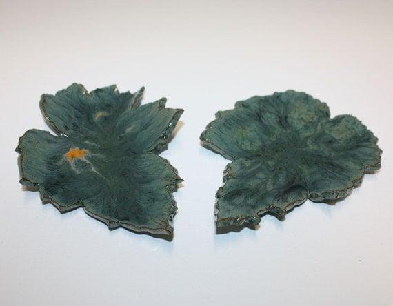 Stunning pair of variegated green leaf dishes with yellow accents / Superbe paire de plats de feuilles vertes à panaché aux accents jaunes