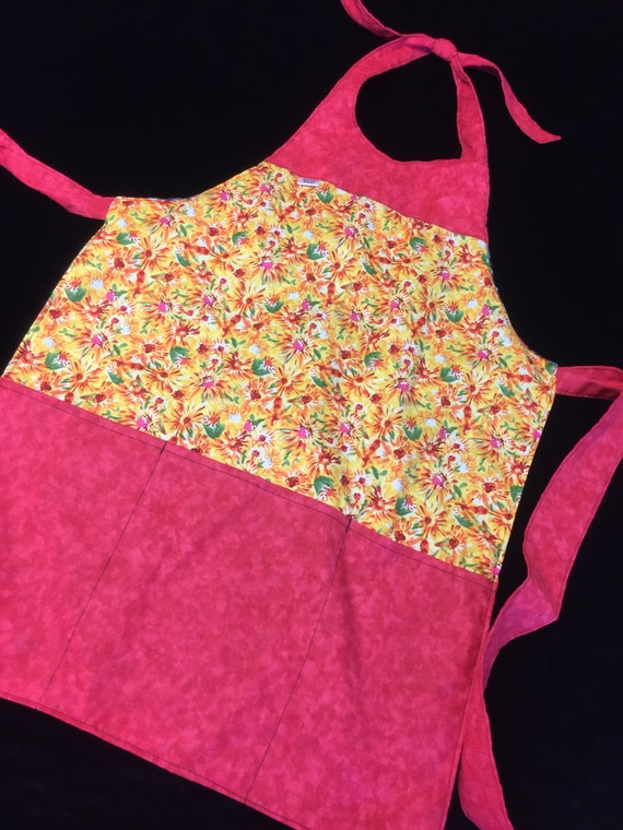 Reversible yellow flowers to stripes adult apron